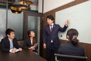 福岡交通事故弁護士が社内検討中イメージ